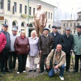 Г.Ф. Адомайтис и М.А.Боков с ветеранами у памятника В.И.Ленину в Ростове