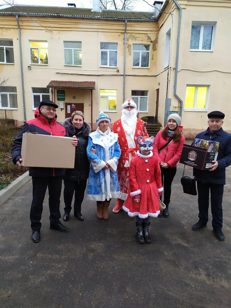 Депутаты фракции КПРФ вручили многодетным семьям новогодние подарки