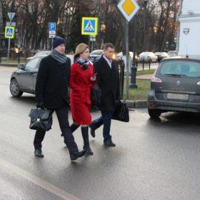 Депутаты спешат на заседание Думы