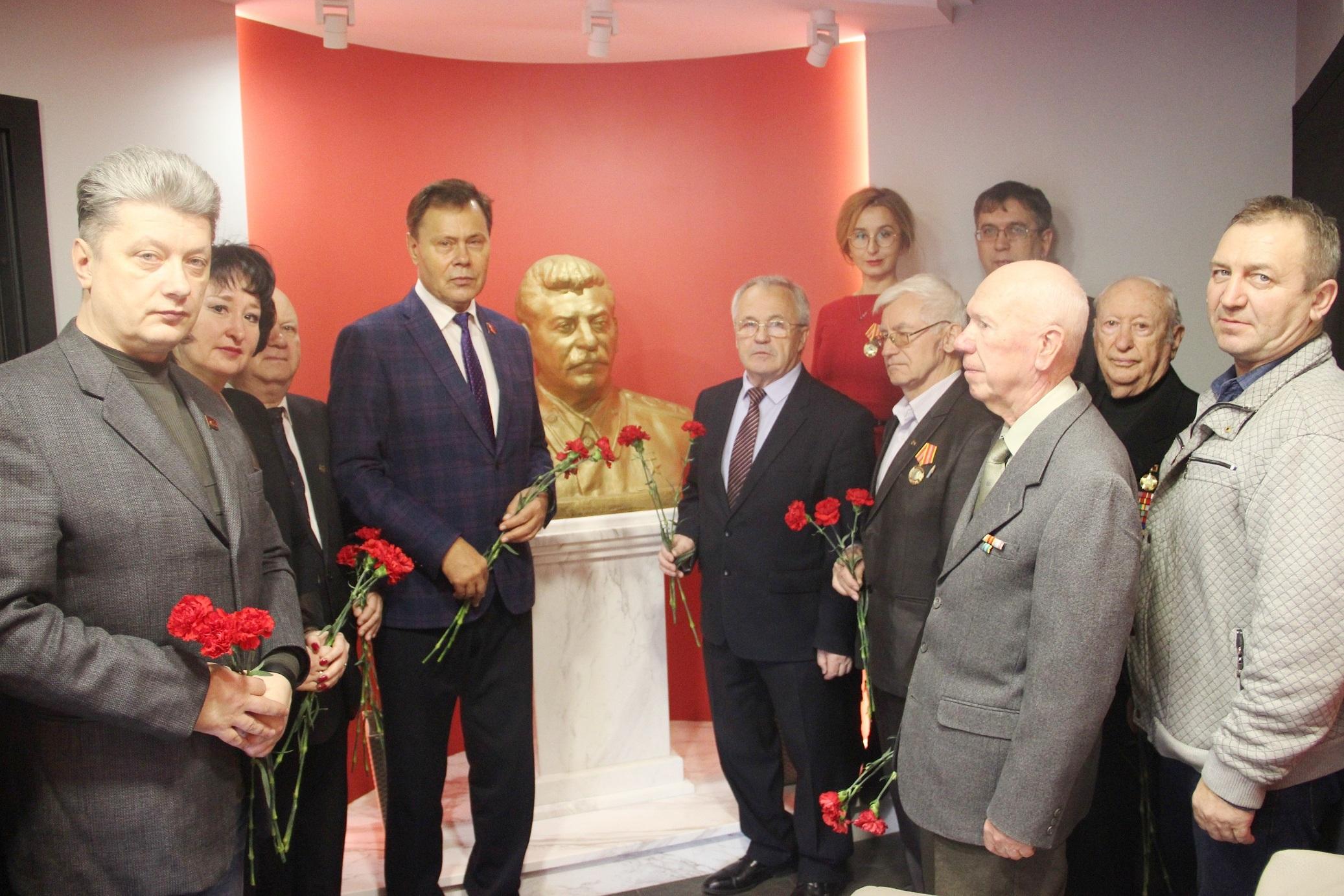 Цветы – Генералиссимусу И.В.Сталину