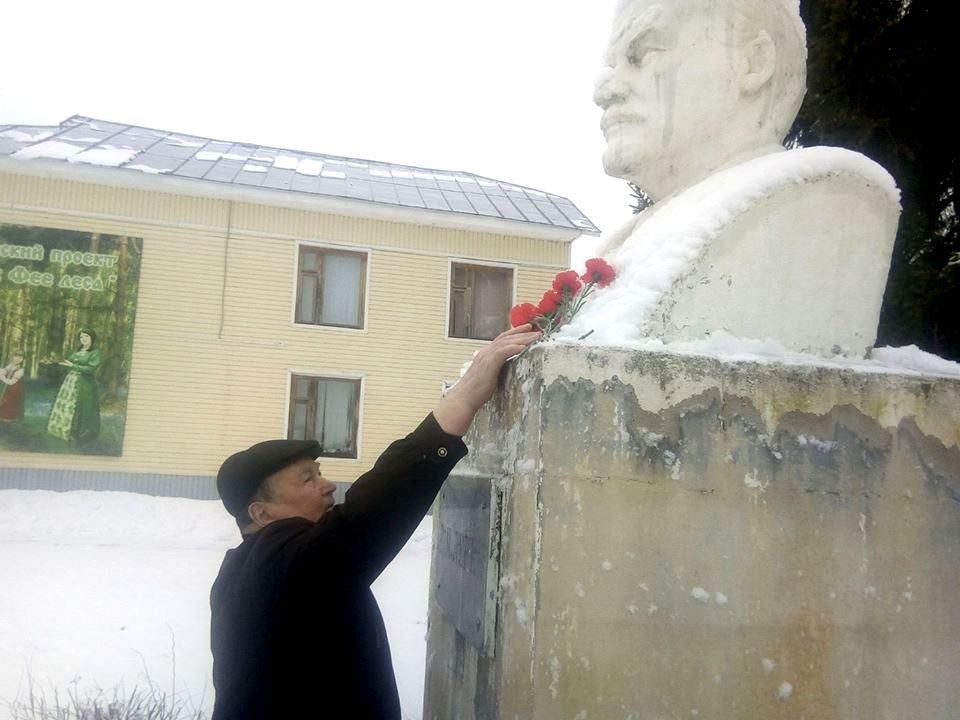 У памятника В. И. Ленина вручили медали ЦК КПРФ