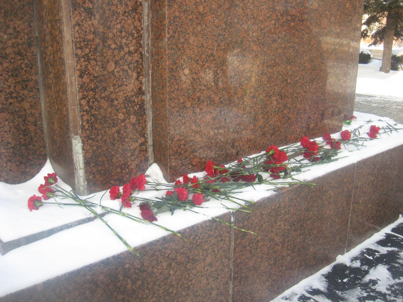 Цветы к памятнику В. И. Ленина