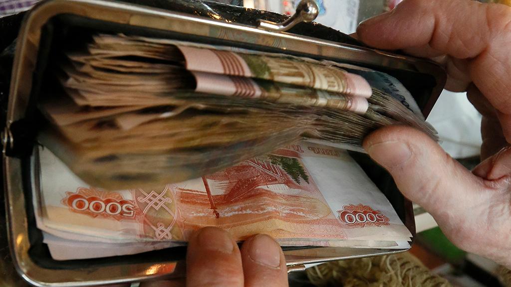 Рубль по отношению к доллару становится худшей валютой мира