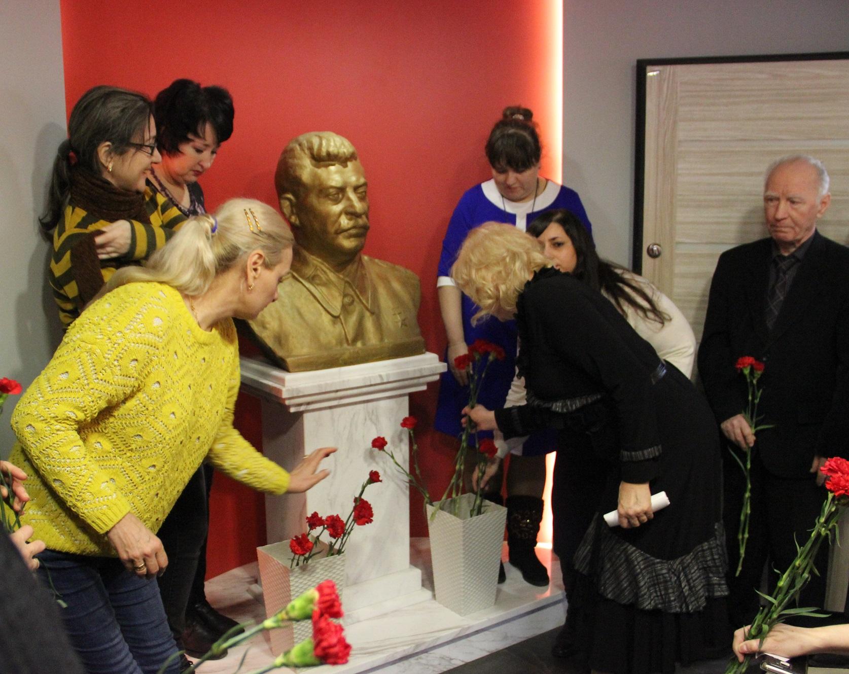 Красные гвоздики к бюсту Сталина