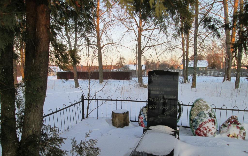 Мусоросборник по соседству  с памятником. (Письмо в редакцию)