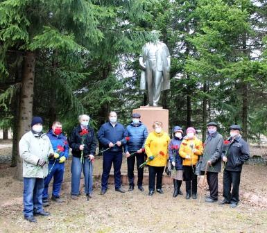 Коммунисты и сторонники КПРФ в Данилове возложили цветы к памятнику В.И.Ленину в день его 150-летия