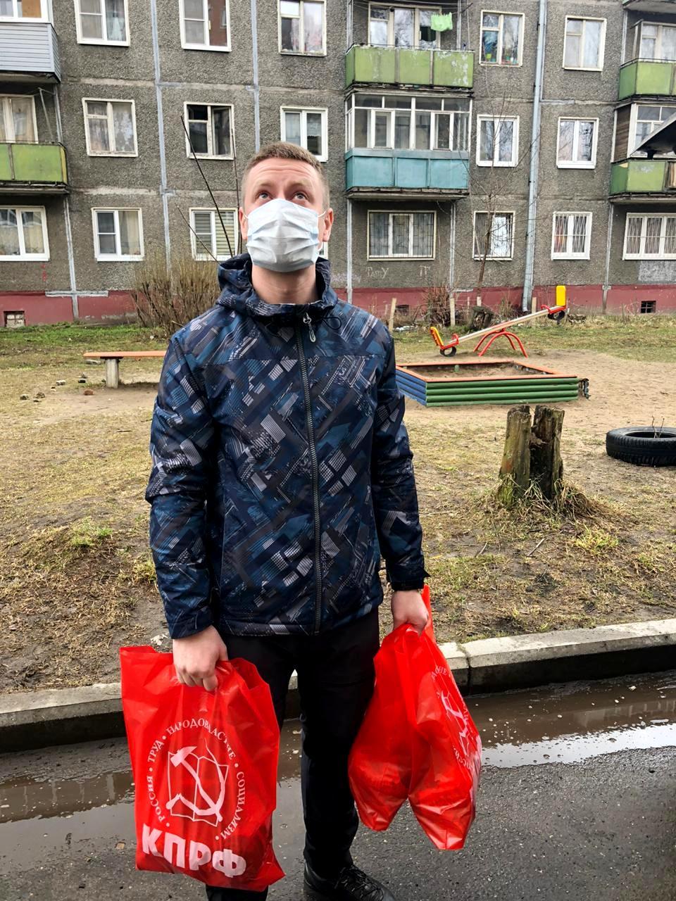 Молодые коммунисты подключились к акции поддержки ветеранов в Дзержинском районе
