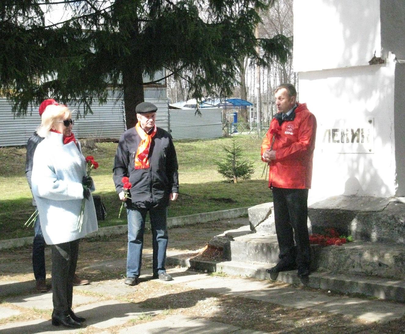 Красные гвоздики к памятнику В. И. Ленина в поселке Красный Перевал