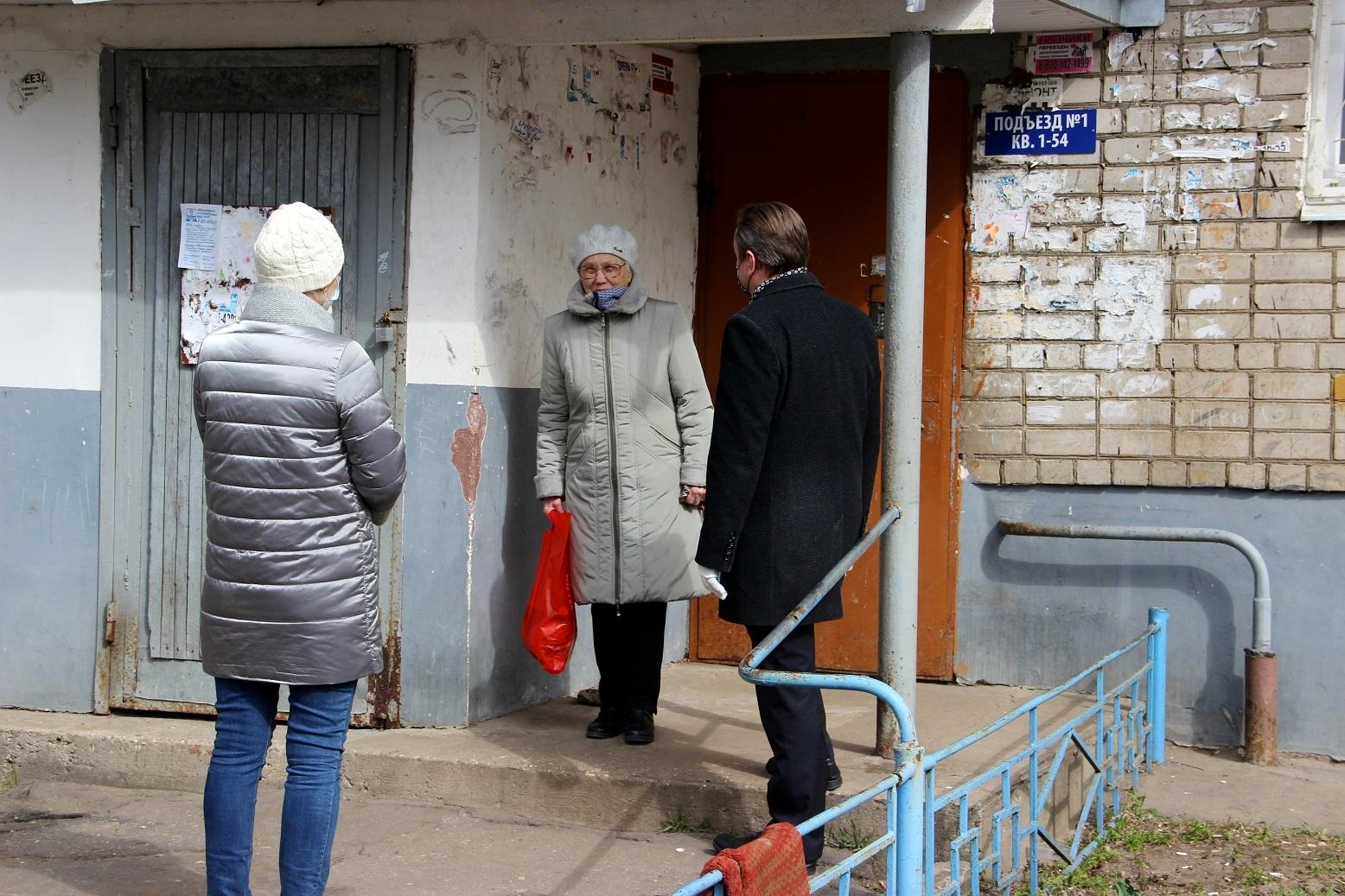 Коммунисты помогают пожилым людям, находящимся в самоизоляции