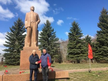 Коммунисты Пошехонья возложили цветы к памятнику Ленину.