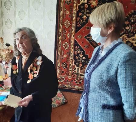 Елена Кузнецова поздравила труженицу тыла с предстоящим праздником Победы