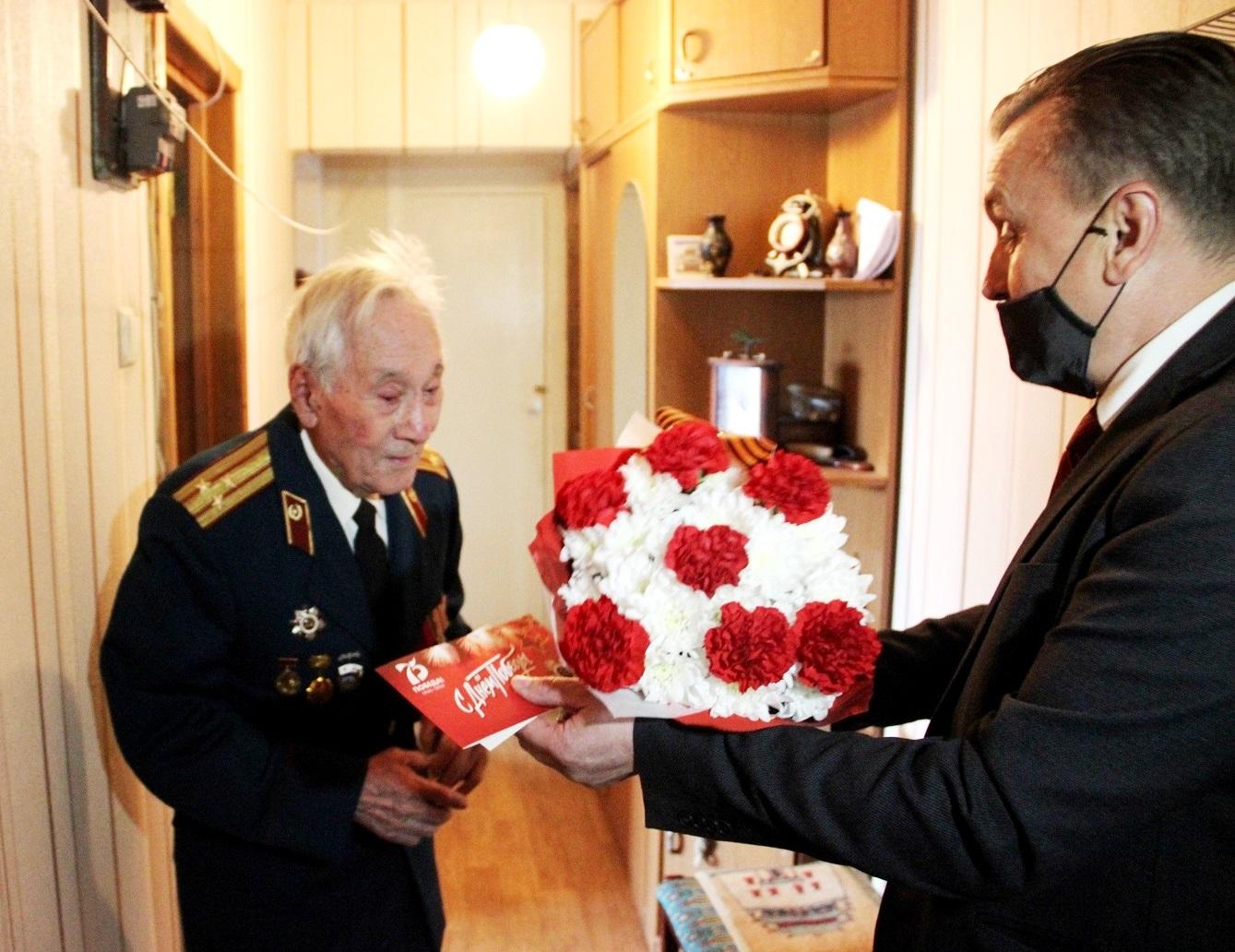 Валерий Байло вручил участникам войны памятные медали КПРФ