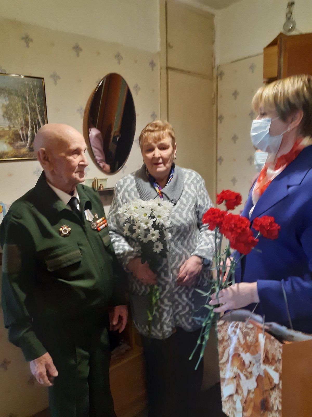 Елена Кузнецова поздравила с приближающимся праздником ветерана Великой Отечественной войны