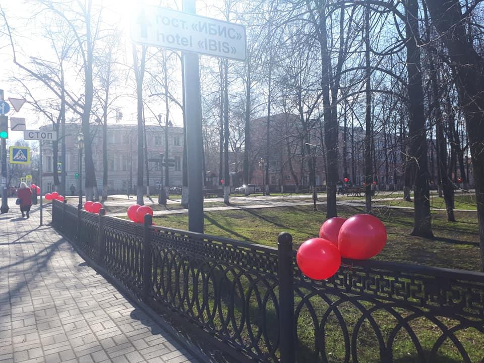 Красные шары на Первомайском бульваре