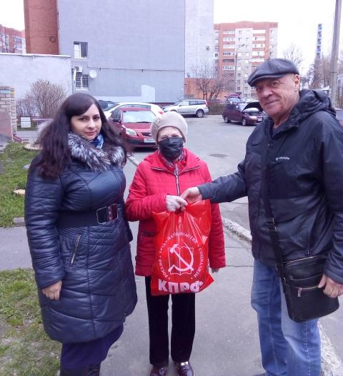 Коммунисты Красноперекопского райкома передали продуктовые наборы пожилым гражданам