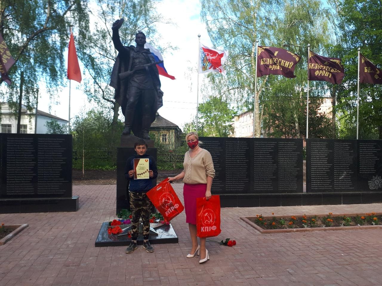 Наталия Бобрякова вручила грамоты и подарки участникам творческого конкурса