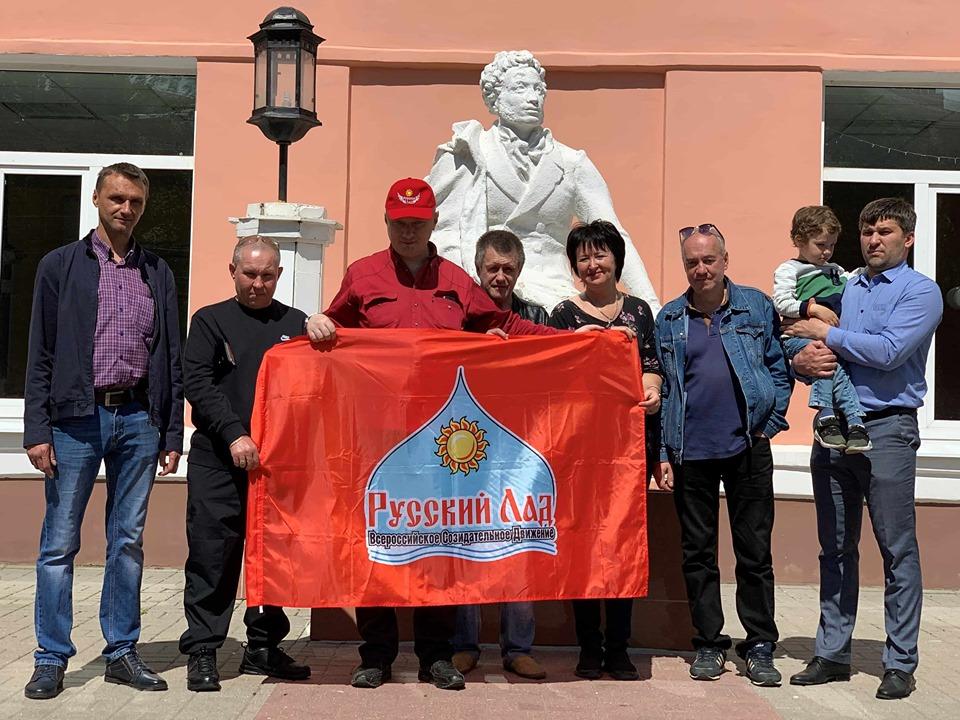 Партийный билет вручили у памятника А.С.Пушкину