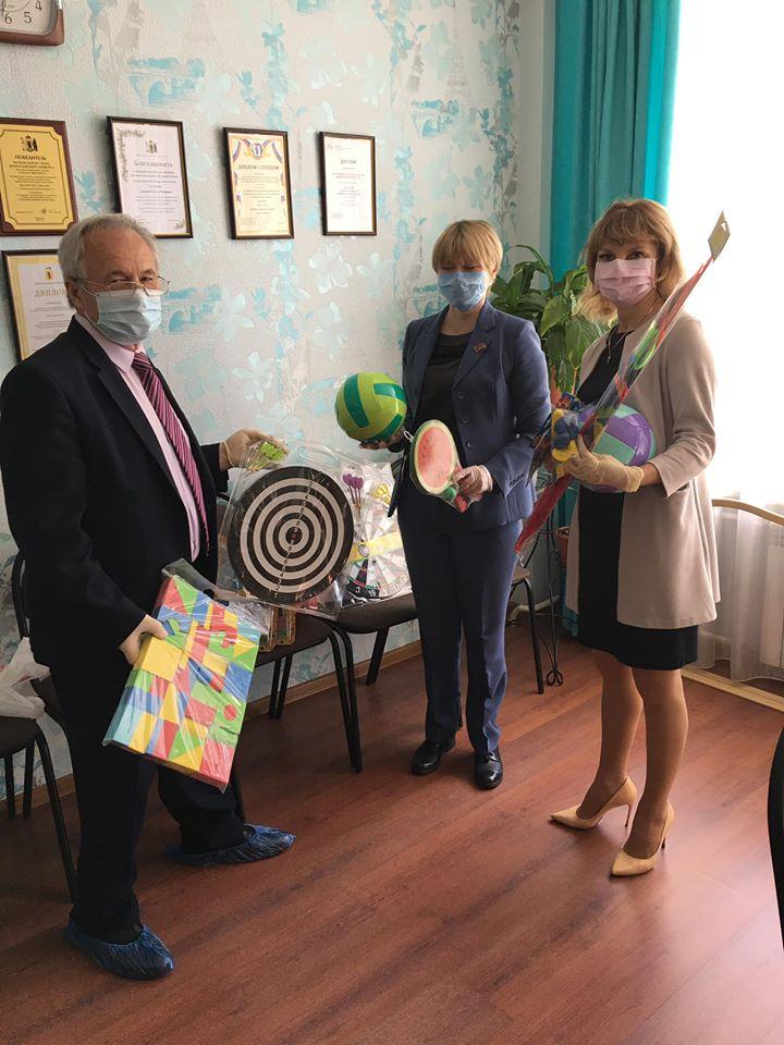 Депутаты КПРФ в День защиты детей приехали с подарками в Центр социальной помощи семье и детям