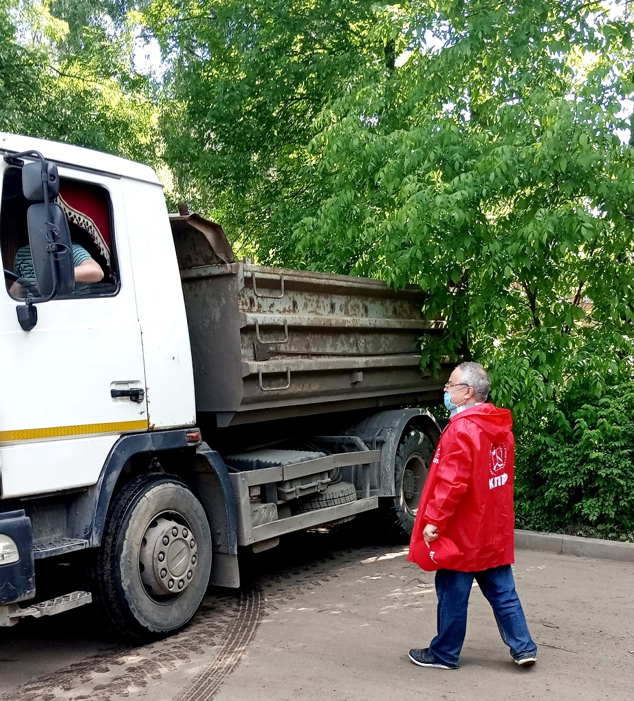 Депутат-коммунист Дмитрий Яковлев откликнулся на просьбу жителей