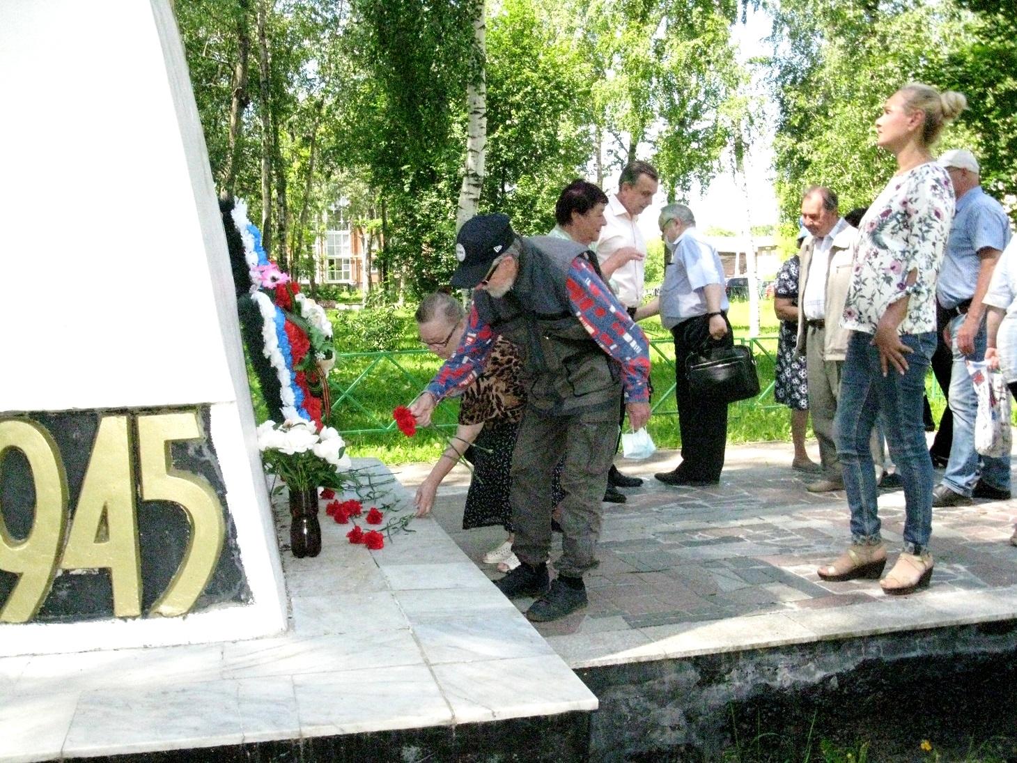 Красные гвоздики к мемориалу не вернувшимся с войны