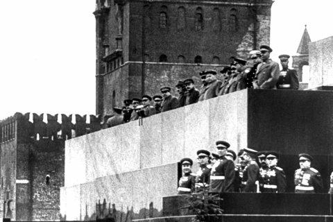 КПРФ официально предложила не драпировать мавзолей к параду Победы