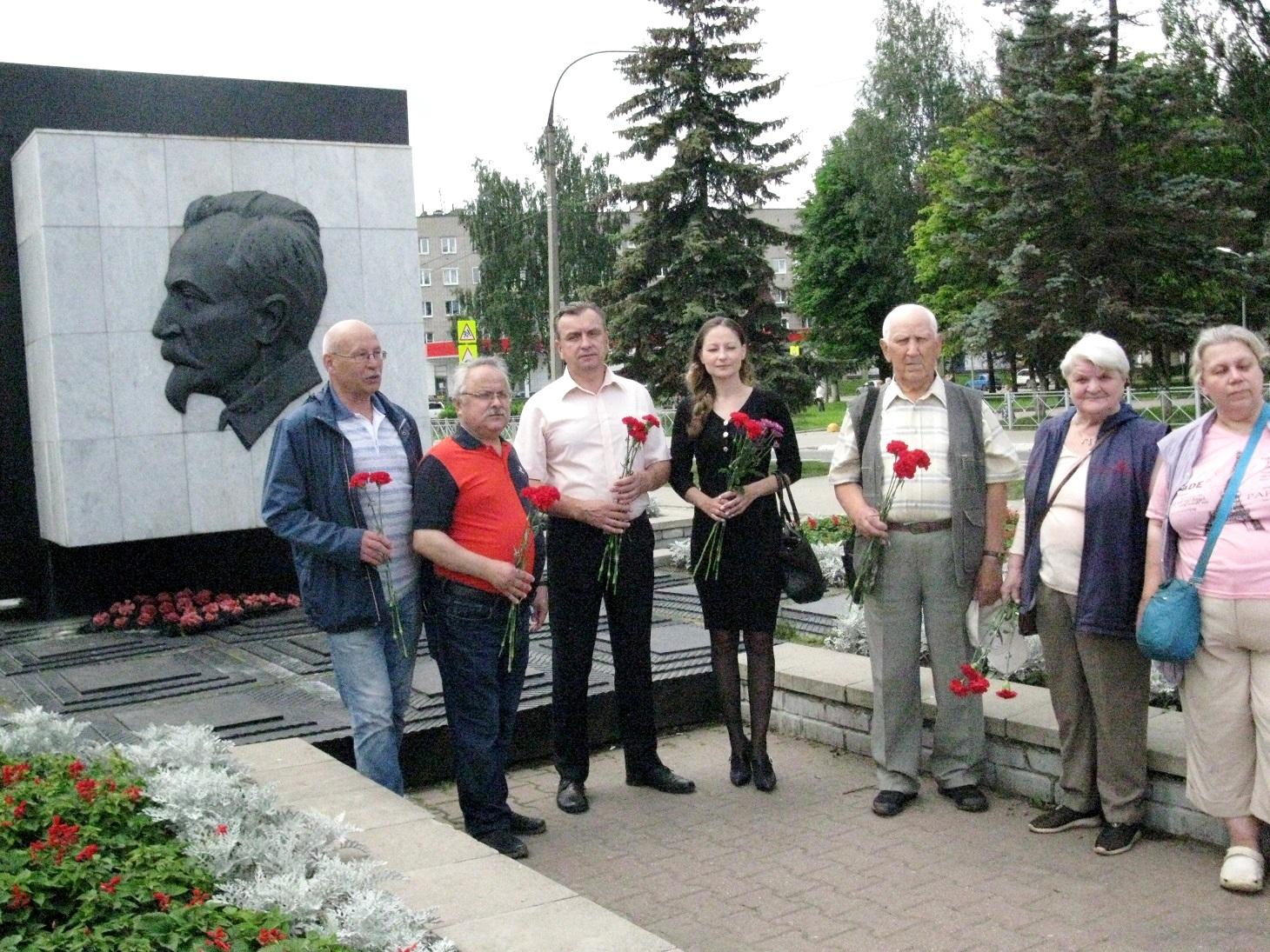 Коммунисты возложили цветы к монументу Феликса Дзержинского