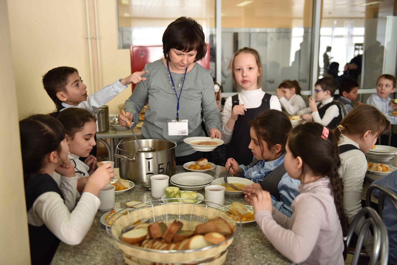 Школьники с 1-го по 4-й класс будут питаться в школе бесплатно