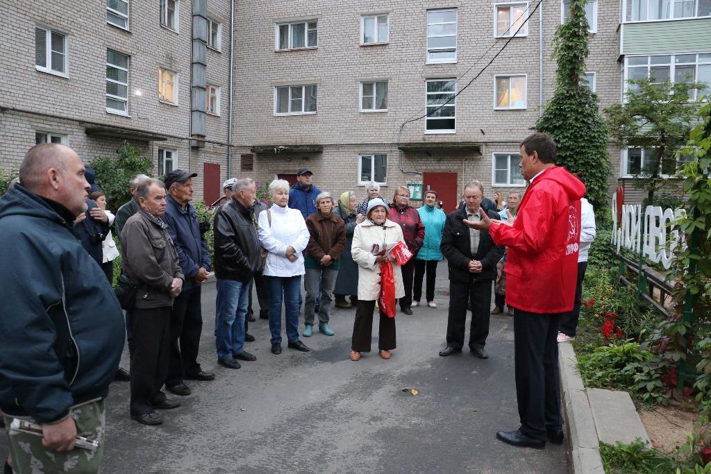 Елена Кузнецова совместно с депутатом Госдумы Николаем Арефьевым продолжает активно встречаться с населением