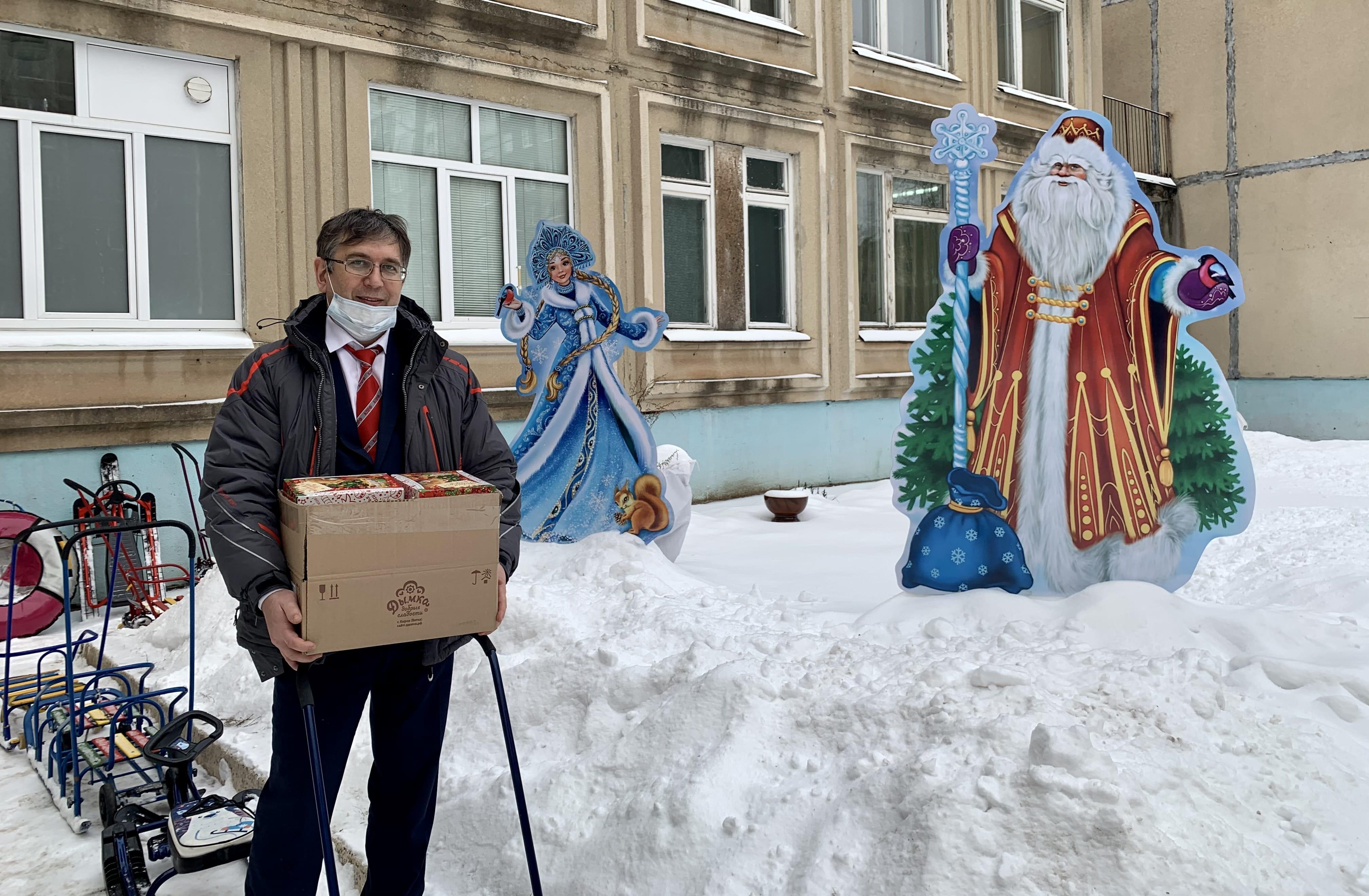 Эльхан Мардалиев вручил новогодние подарки КПРФ детям и родителям Заволжского района