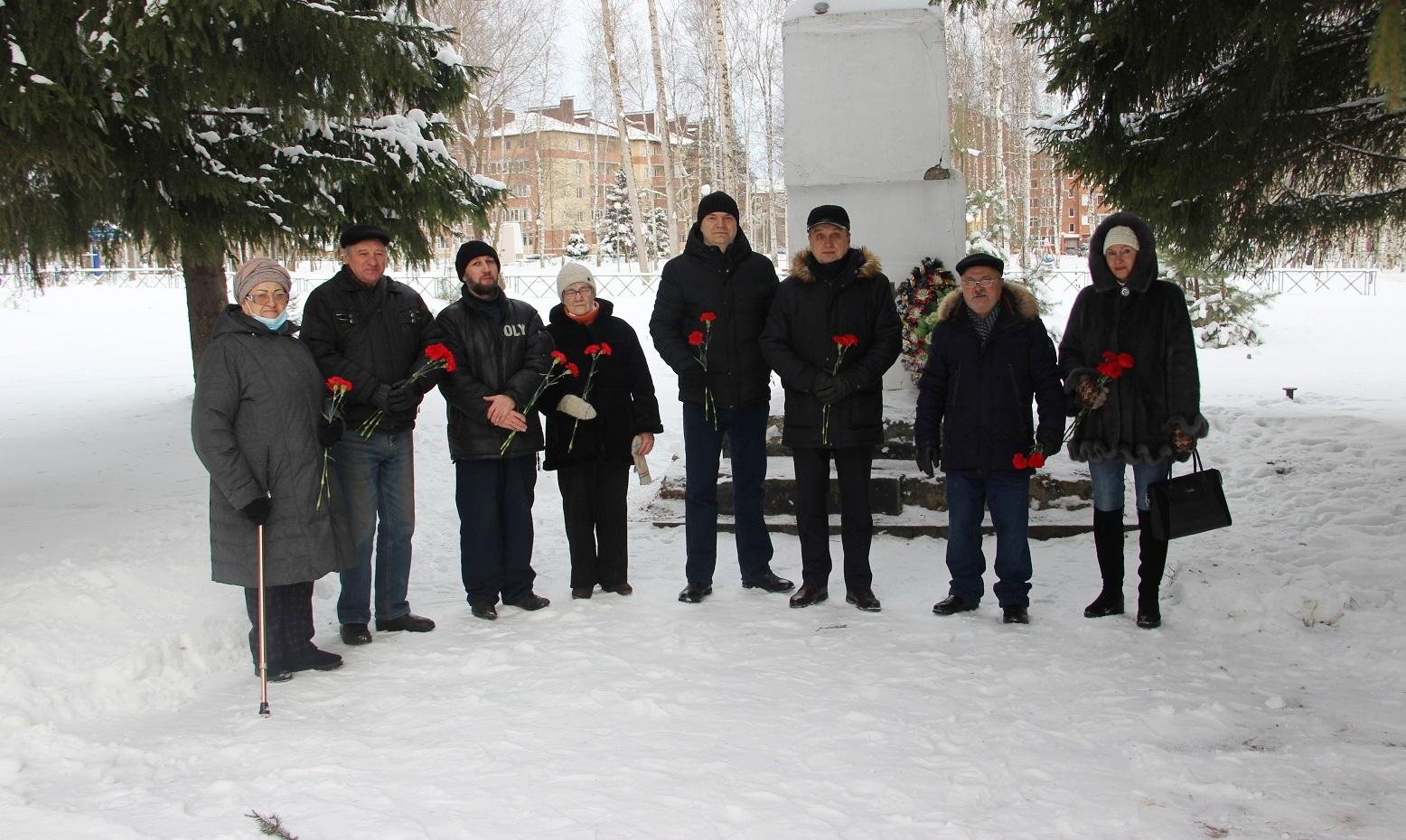 Красные гвоздики — к памятнику В. И. Ленина