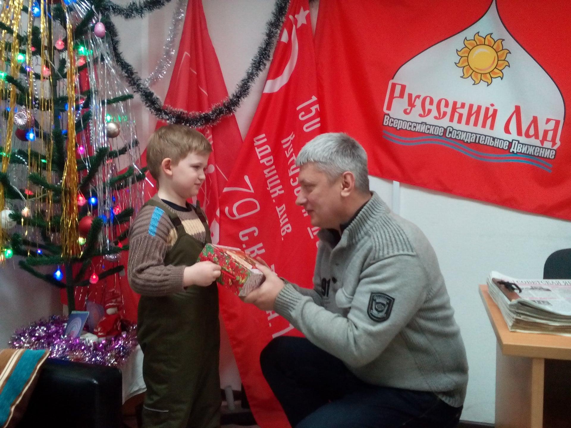 Депутат вручил детям билеты на детские спектакли