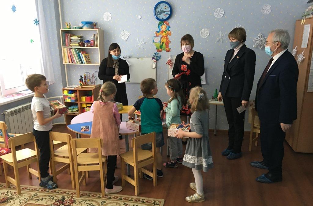 Ярославские депутаты поздравили детишек с прошедшими праздниками
