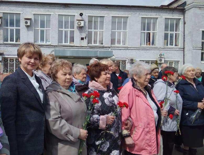 Елена Кузнецова вручила медали «Дети войны» ветеранам кордной фабрики