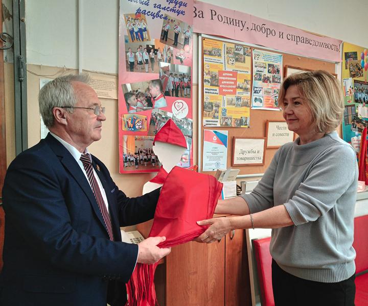 Александр Воробьев подарил комплект пионерских галстуков школе №18 г. Ярославля