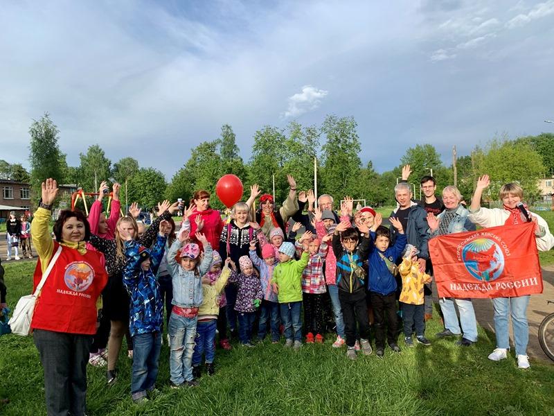 Коммунисты продолжают проводить детские праздники