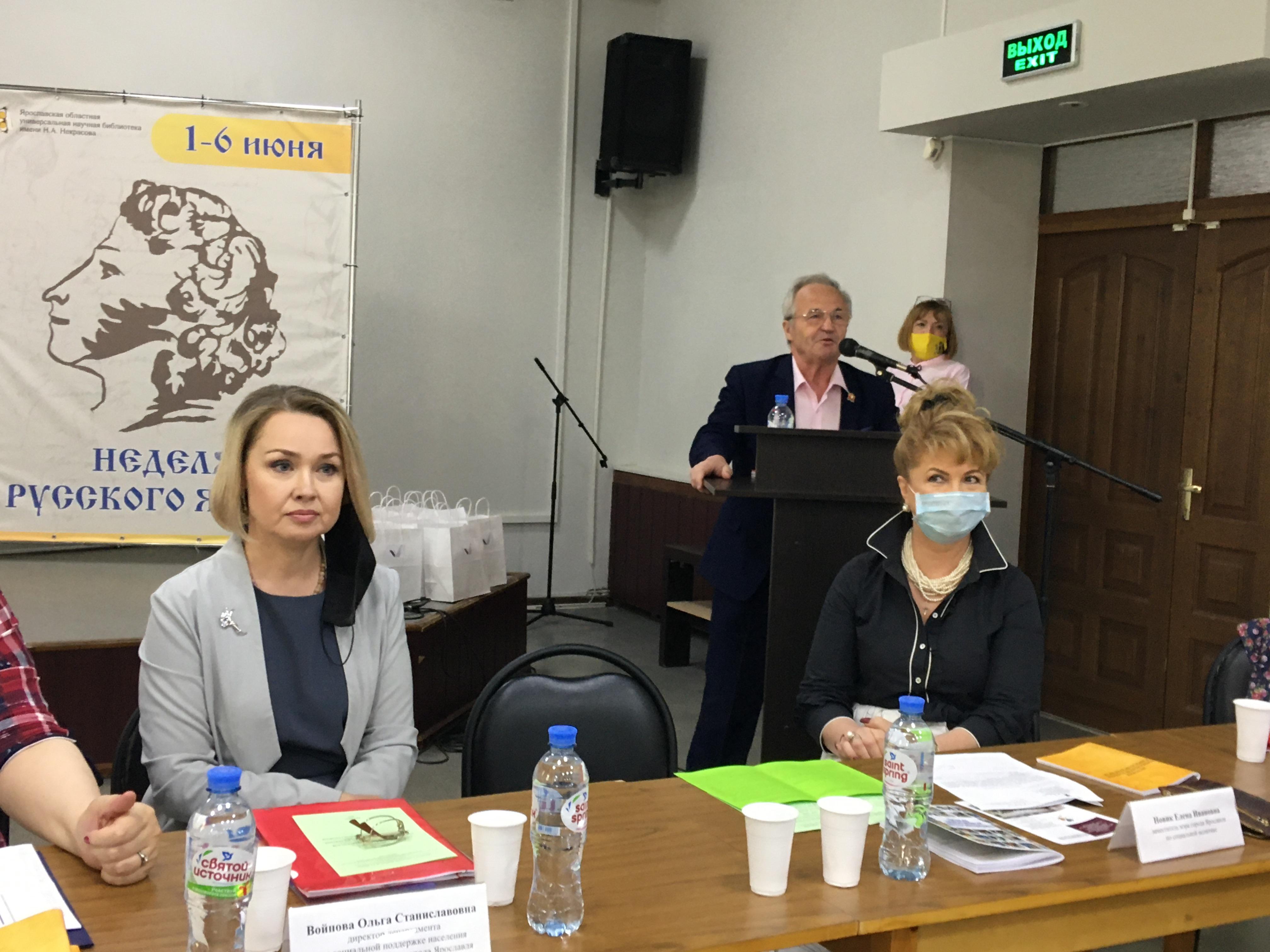 Александр Воробьев вручил социальным работникам заслуженные награды