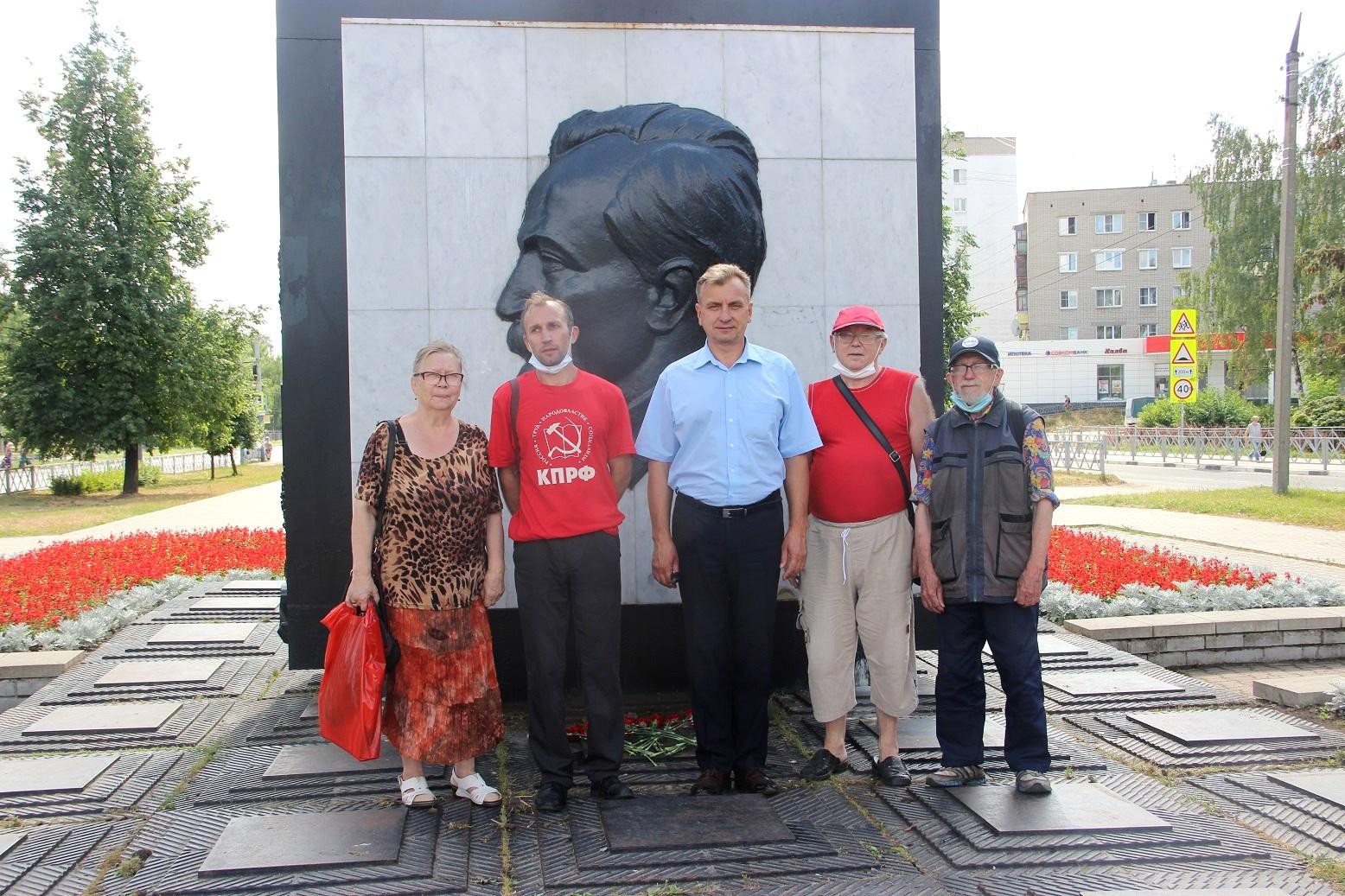 Цветы к монументу Ф. Э. Дзержинского (фоторепортаж)