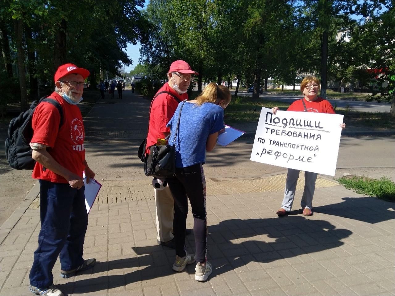 Коммунисты Дзержинского района продолжают изучать мнение ярославцев по поводу транспортной «реформы»
