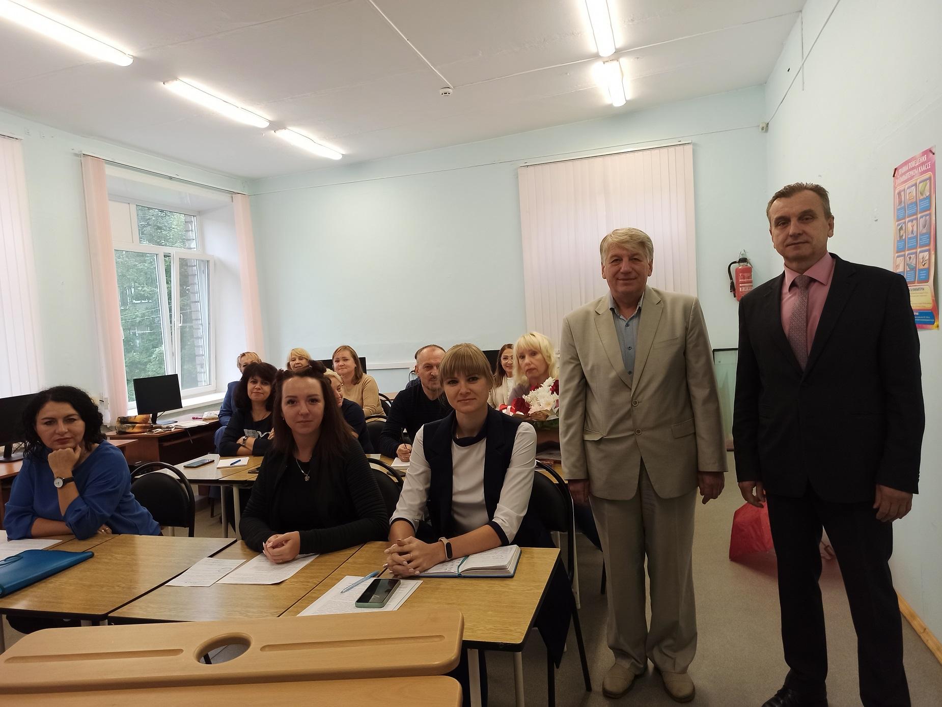 Валерий Байло вручил педагогам Почетные грамоты областной думы