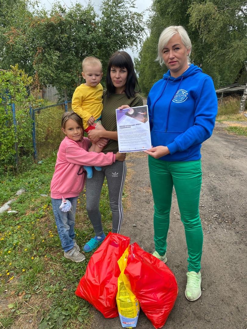 Наталия Бобрякова вручила подарки многодетным семьям д. Глебовское в рамках акции «Дорогами добра»