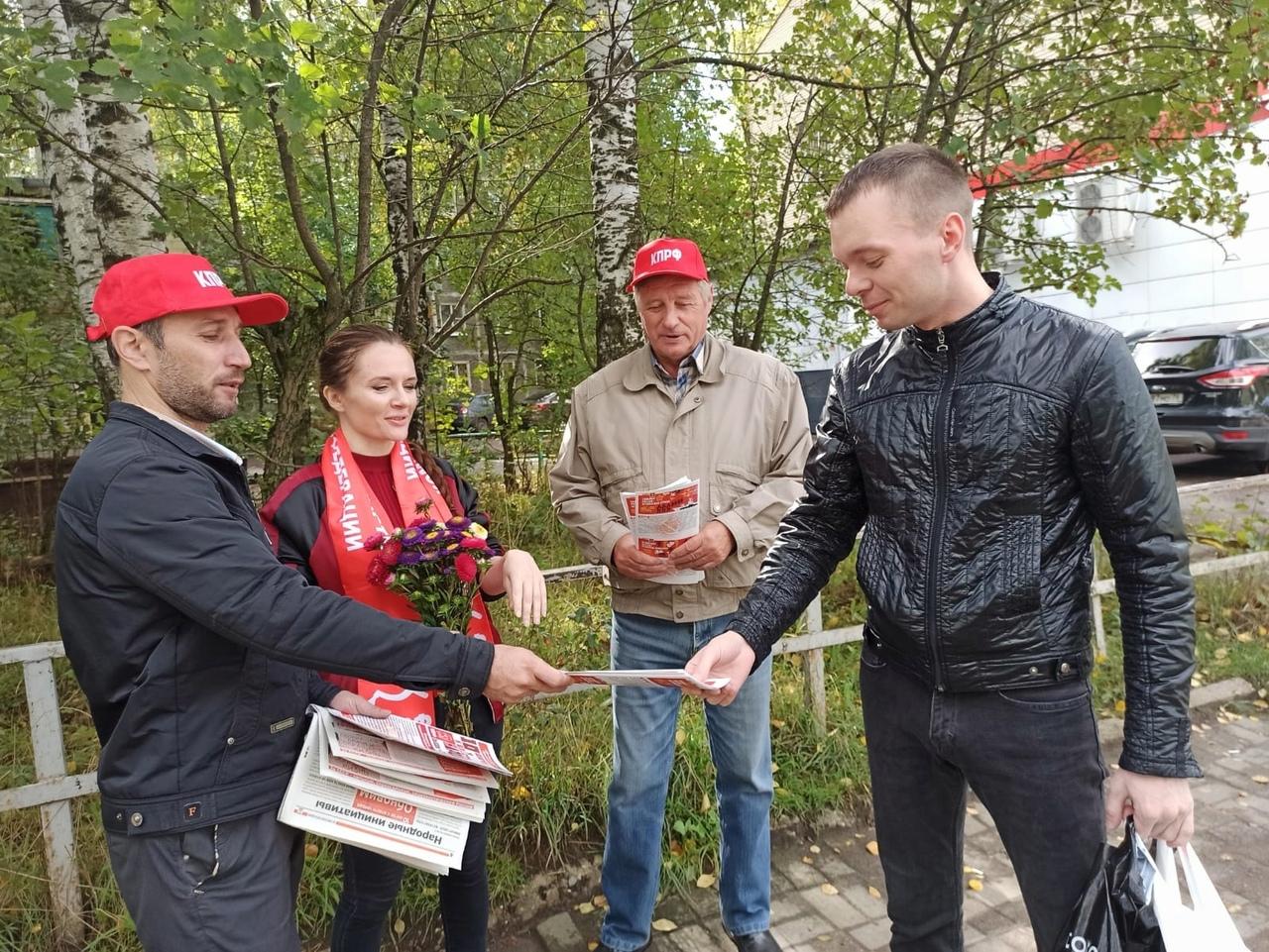 В День знаний коммунисты знакомили ярославцев с предвыборной программой КПРФ
